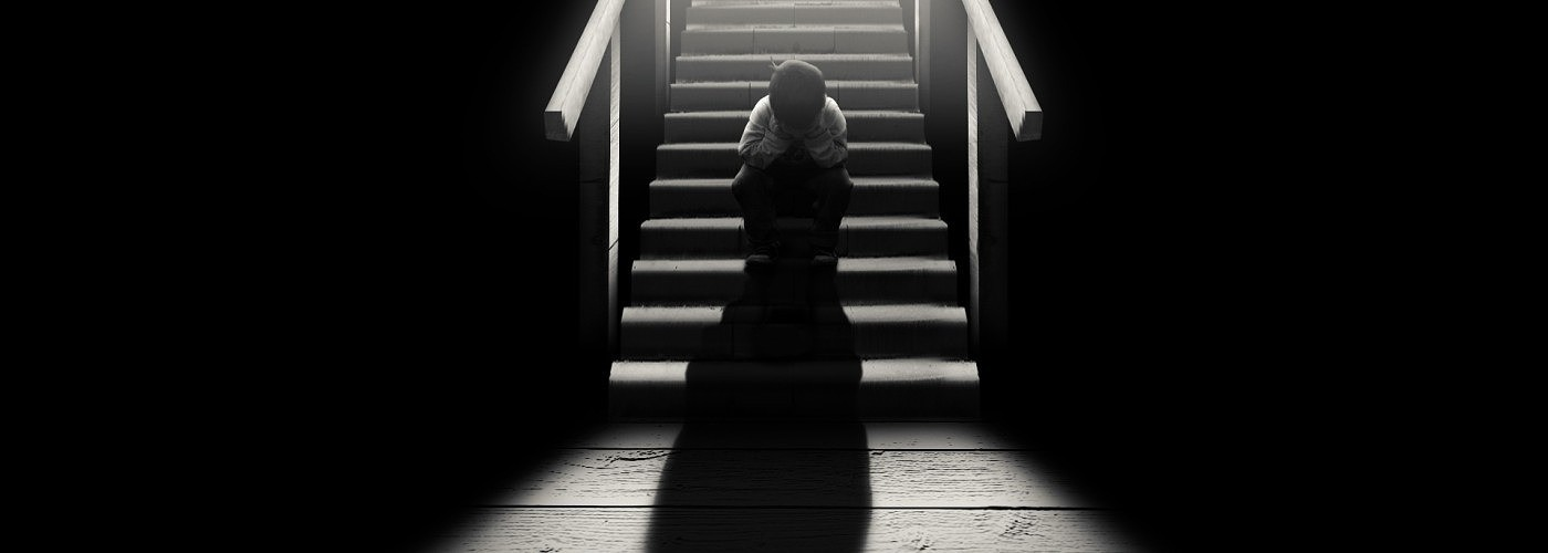 sad-child-on-stairs-1400x500
